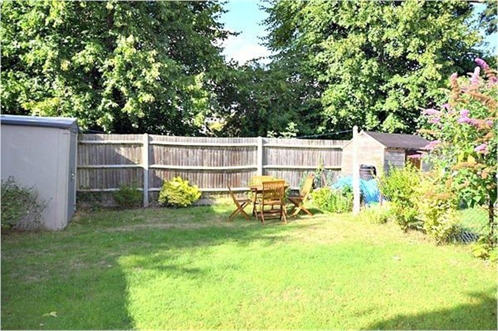 2 Bedrooms Flat for sale in Parnell Close, ABBOTS LANGLEY, Hertfordshire