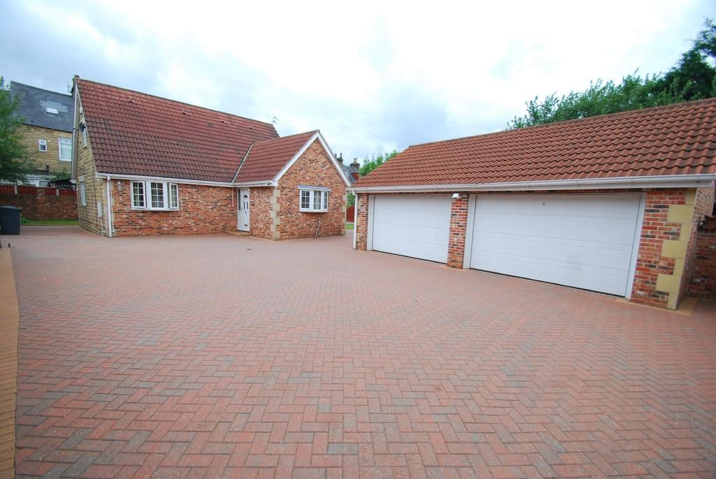 4 Bedrooms Detached Bungalow for sale in Pontefract Road, Barnsley S71