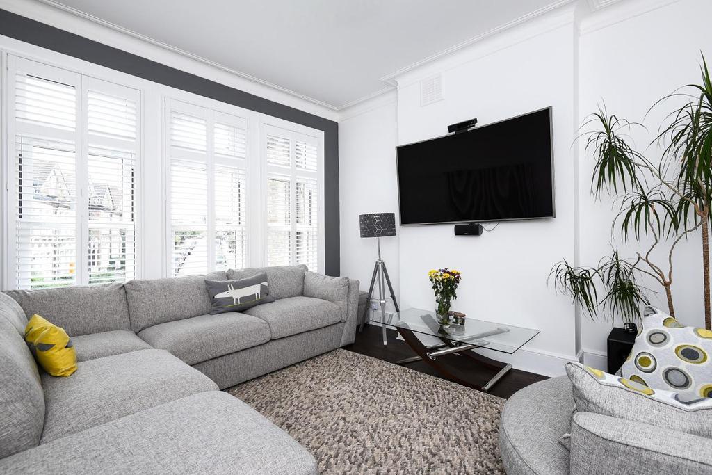 3 Bedrooms Flat for sale in Halesworth Road, Lewisham