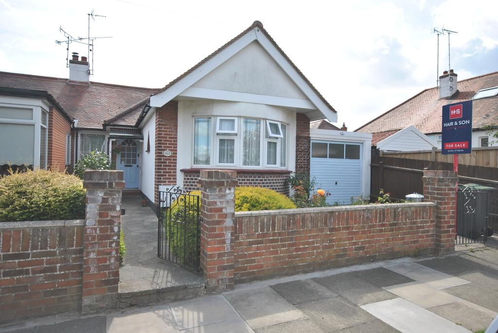 2 Bedrooms Semi Detached Bungalow for sale in Dundee Avenue, Leigh-on-Sea