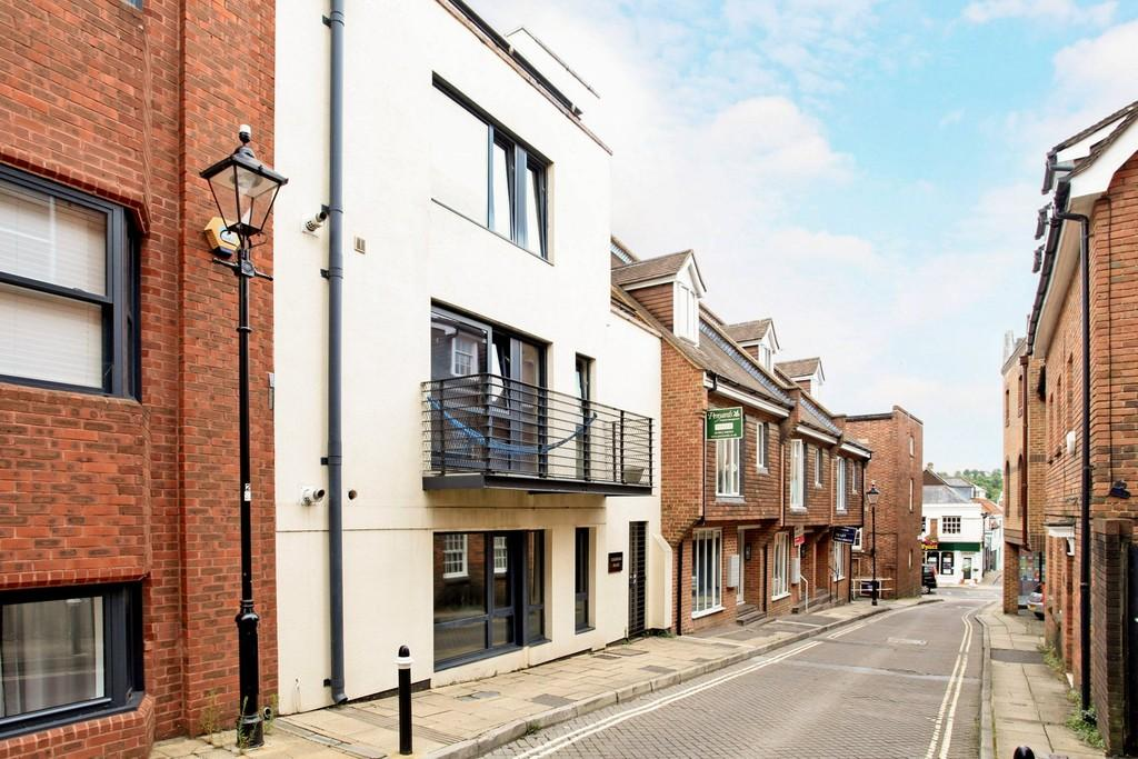 2 Bedrooms Ground Flat for sale in St. Clement Street, Winchester, SO23