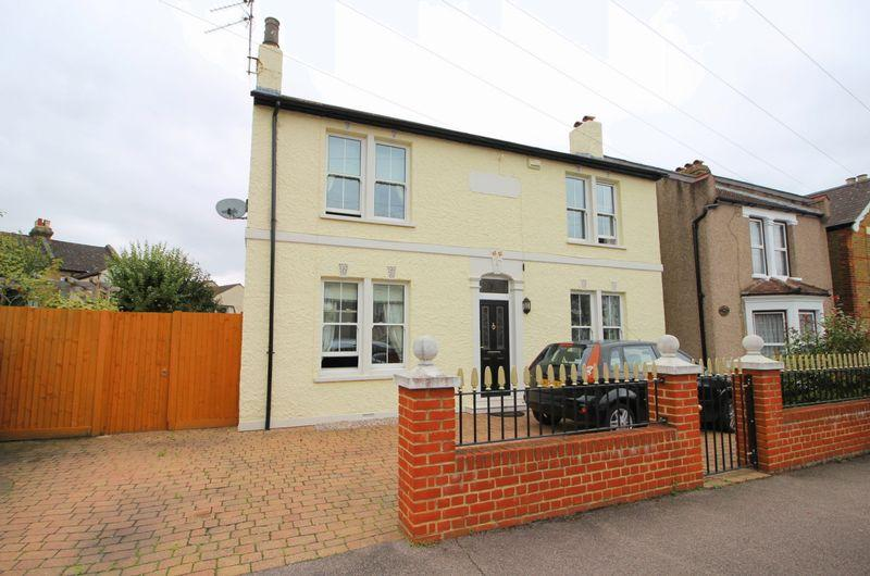 3 Bedrooms Detached House for sale in Clarence Crescent, Sidcup