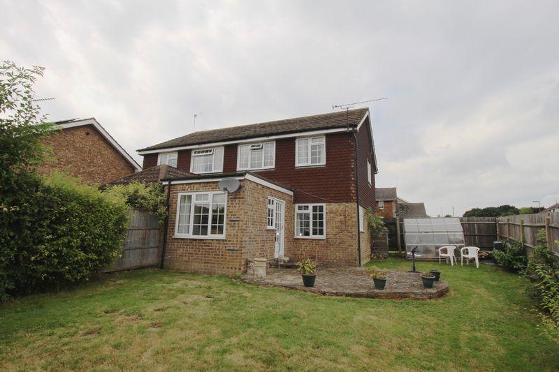 3 Bedrooms Semi Detached House for rent in Ash Lodge Close, Aldershot