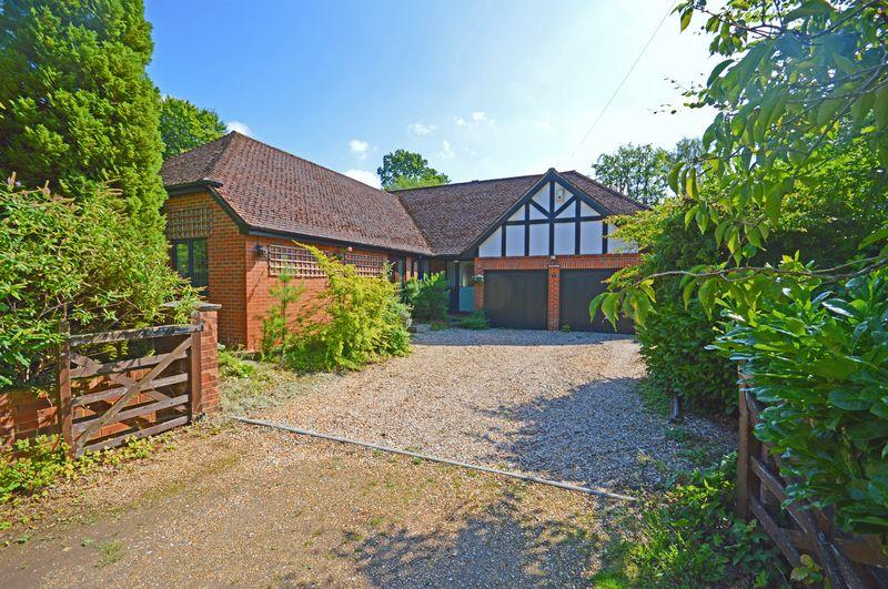 3 Bedrooms Bungalow for sale in Fairview Road, Headley Down