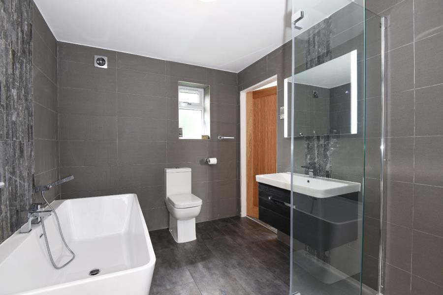 4 Bedrooms Detached House for sale in LINDLEY MOOR ROAD, HUDDERSFIELD, HD3 3RN