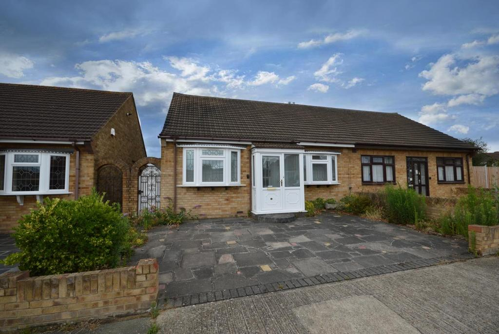 2 Bedrooms Chalet House for sale in Canberra Close, Hornchurch, Essex, RM12