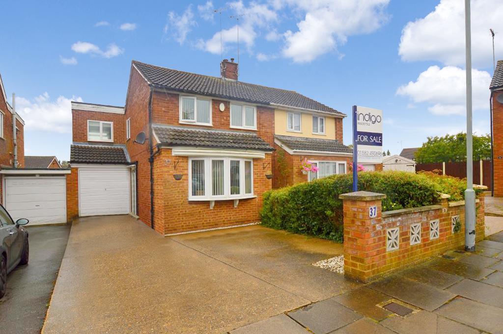 3 Bedrooms Semi Detached House for sale in Holmscroft Road, Luton, LU3 2TJ