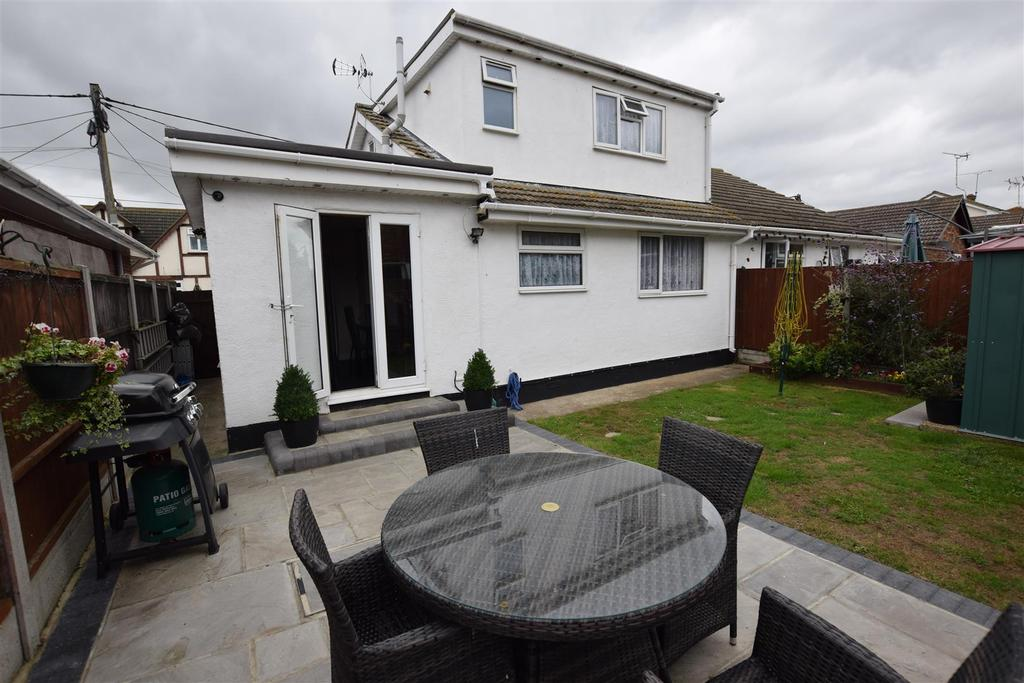 3 Bedrooms Chalet House for sale in Hornsland Road., Canvey Island