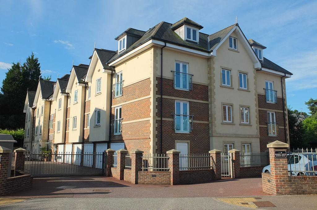 2 Bedrooms Flat for sale in Queens Road, Haywards Heath, RH16