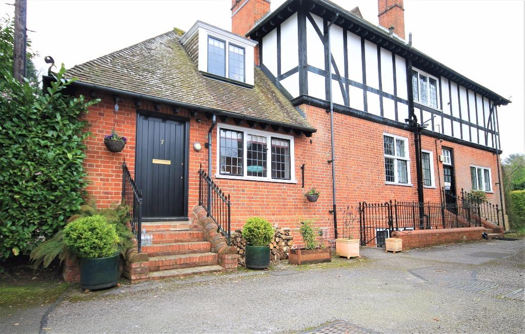 2 Bedrooms Maisonette Flat for sale in The Grange, Frensham