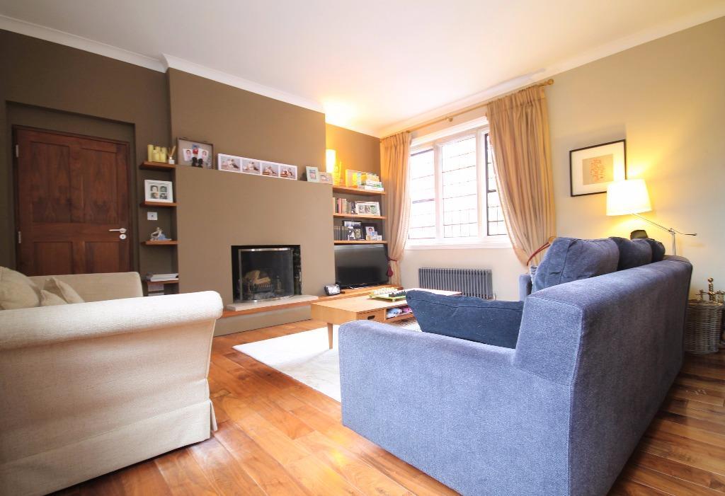 2 Bedrooms Maisonette Flat for sale in The Grange, Frensham