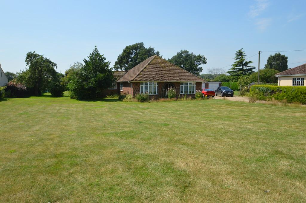 3 Bedrooms Detached Bungalow for sale in The Street, Claxton, Norwich