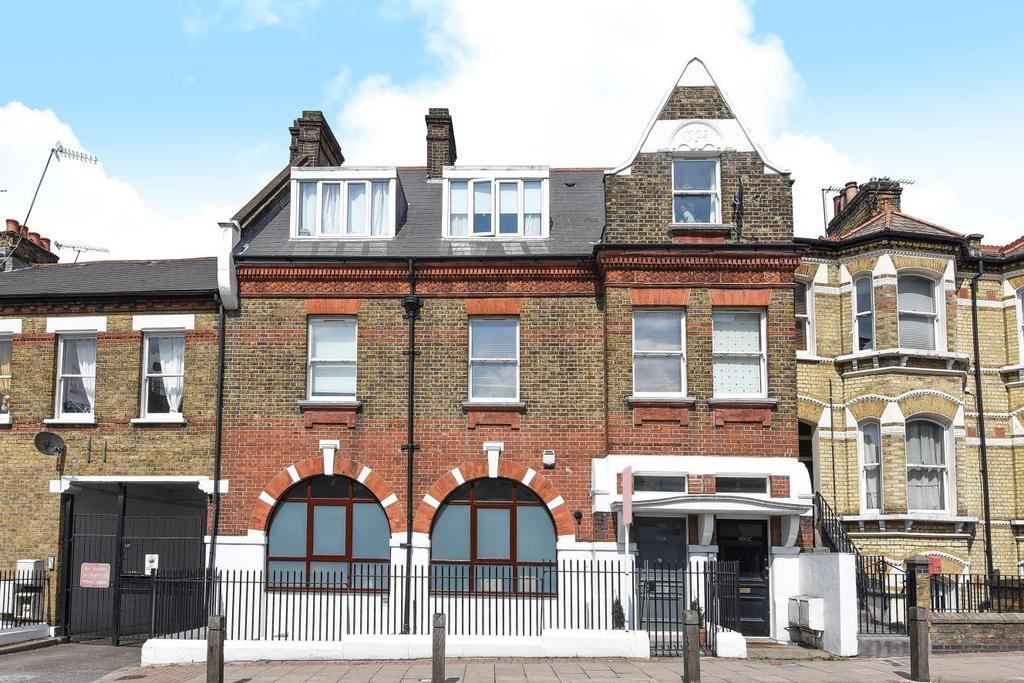 3 Bedrooms Flat for sale in Plough Road, Battersea