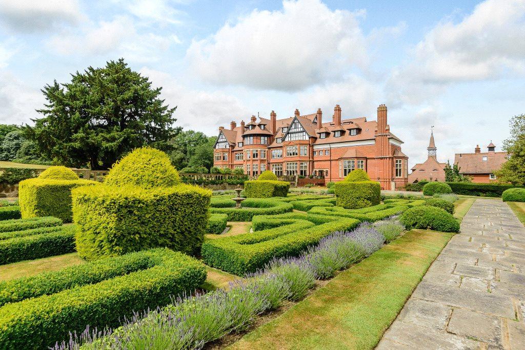 3 Bedrooms Flat for sale in Hatchford Manor, Ockham Lane, Cobham, Surrey, KT11