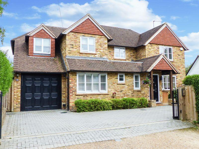 4 Bedrooms Detached House for sale in Bourne End-Well End