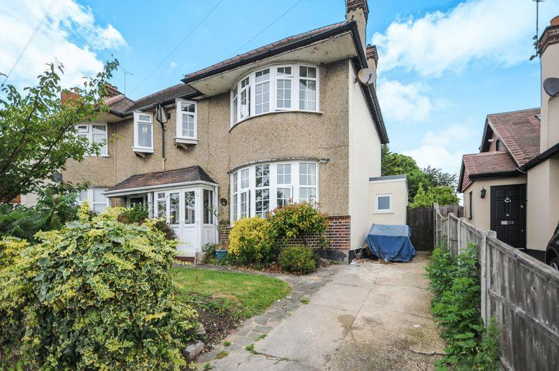 3 Bedrooms Semi Detached House for sale in Ambleside Drive, Southend-On-Sea