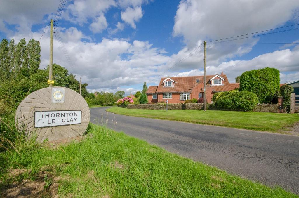4 Bedrooms Detached House for sale in Low Street, Thornton Le Clay, York