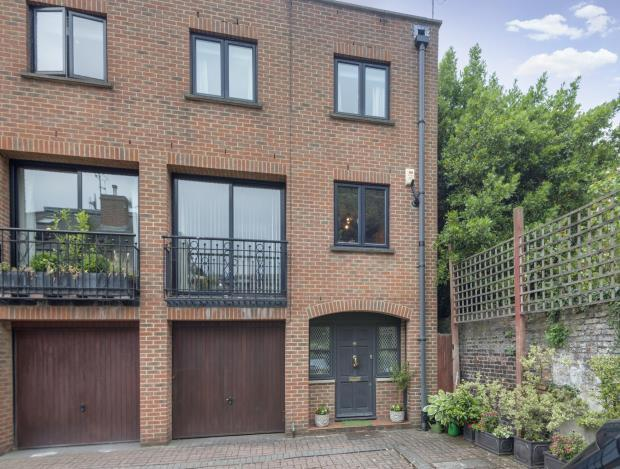 3 Bedrooms End Of Terrace House for sale in Dukes Head Yard, Highgate Village, London, N6