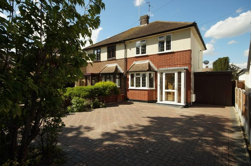 3 Bedrooms Semi Detached House for sale in Eastwood Road North, Leigh-On-Sea