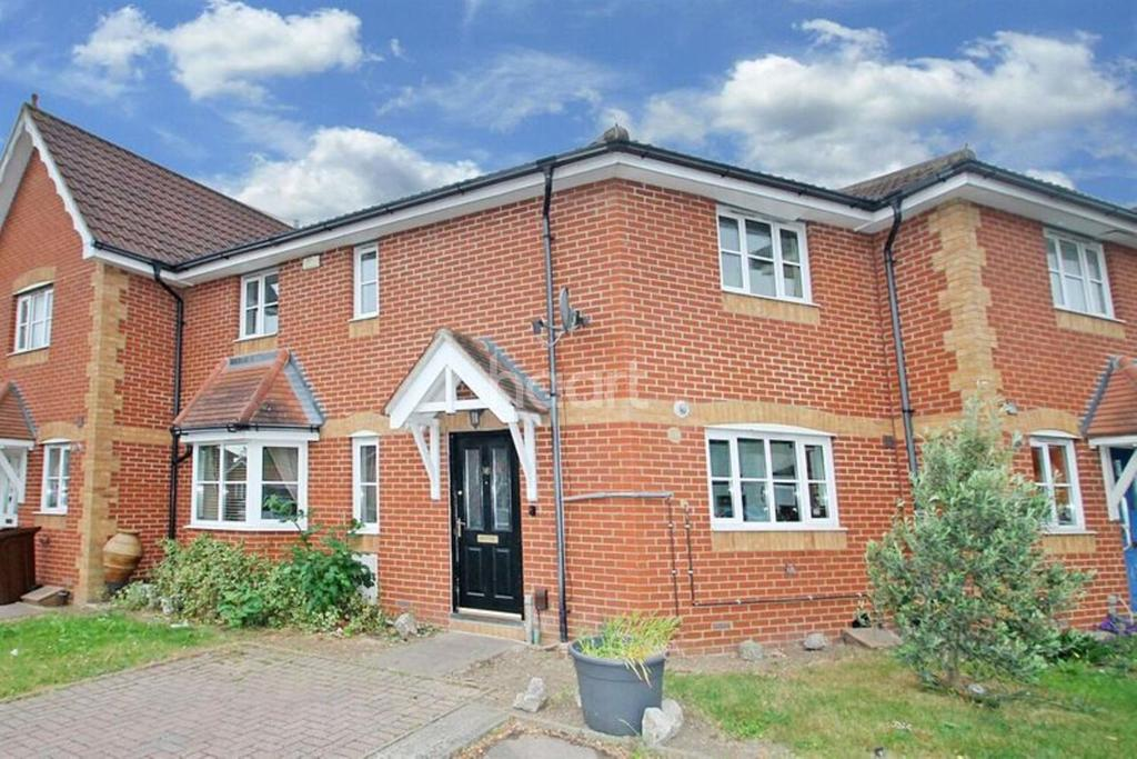 3 Bedrooms Terraced House for sale in Fuchsia Close, Rush Green
