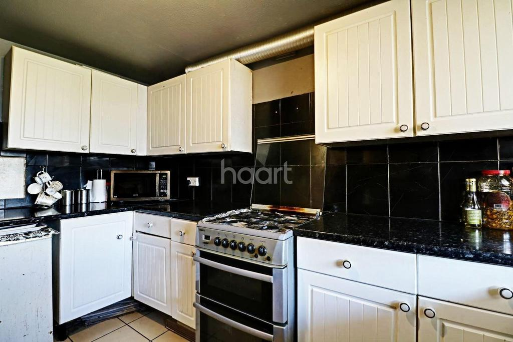 3 Bedrooms Flat for sale in Southall