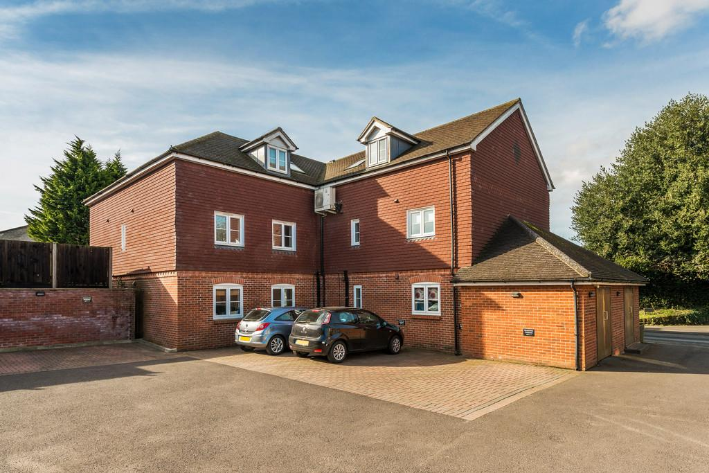 2 Bedrooms Ground Flat for sale in Portsmouth Road, Liphook