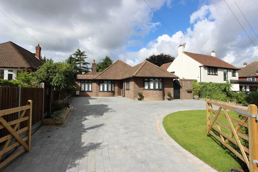 4 Bedrooms Detached Bungalow for sale in Gilhams Avenue, Banstead