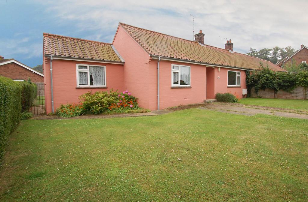 3 Bedrooms Semi Detached Bungalow for sale in Bacton Road, North Walsham