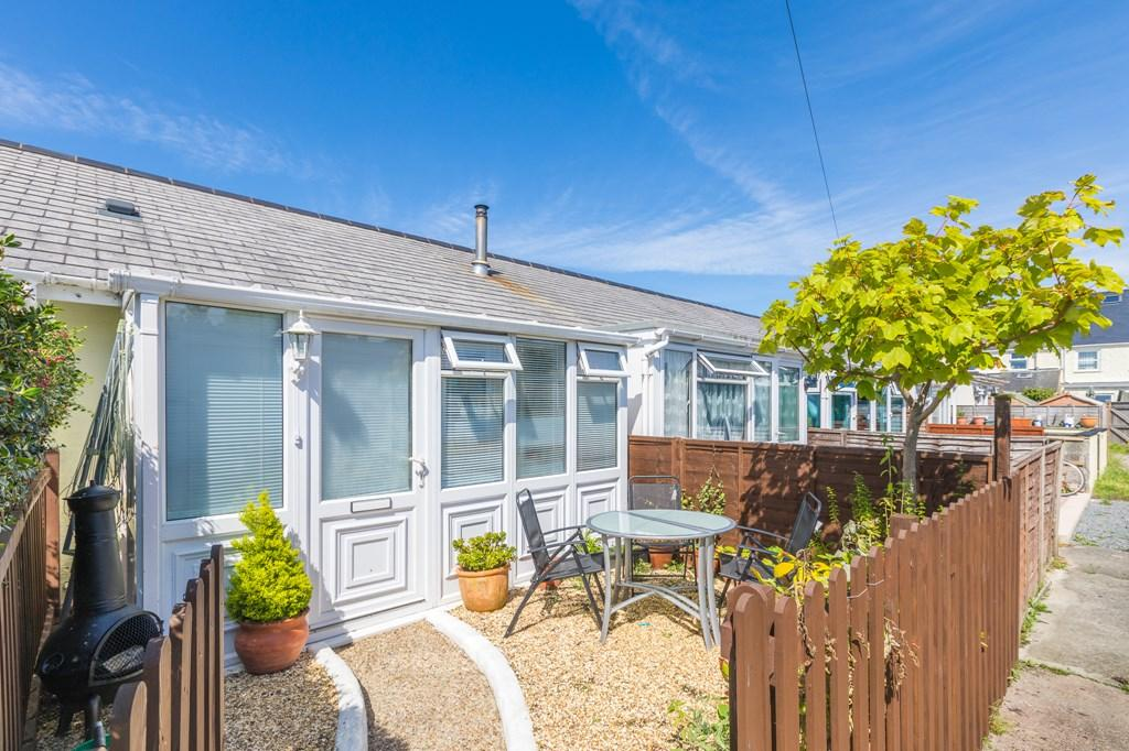 2 Bedrooms Terraced Bungalow for sale in Salines Lane, St. Sampson, Guernsey
