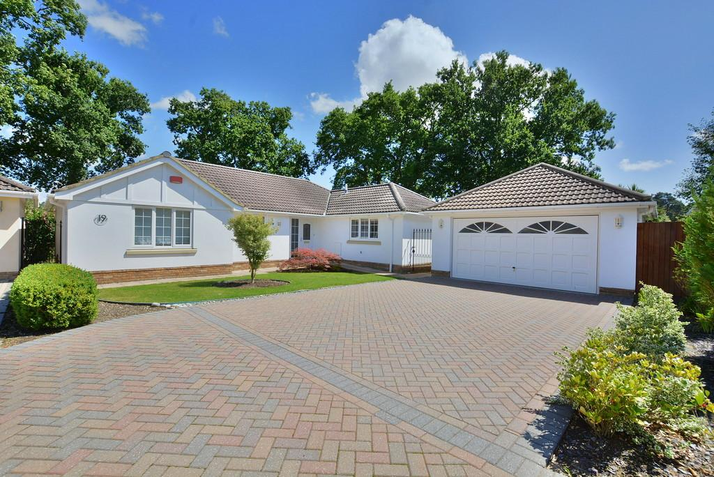 4 Bedrooms Detached Bungalow for sale in Lake Road, Verwood