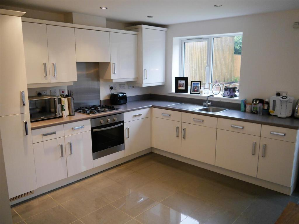4 Bedrooms Detached House for sale in Newhall Gardens, Odsal, Bradford, BD5 8DU