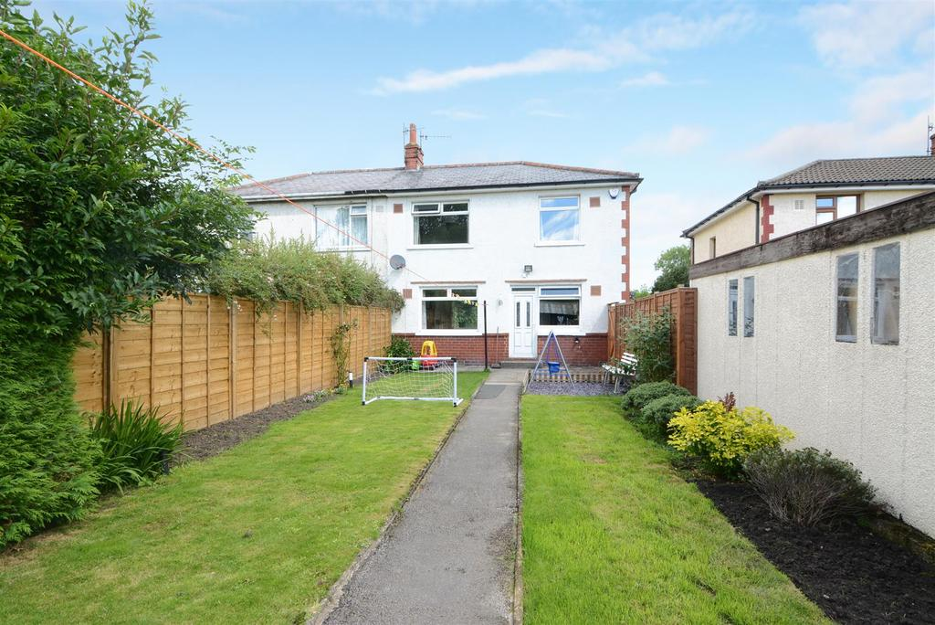 3 Bedrooms Semi Detached House for sale in Collyer View, Ilkley, Leeds