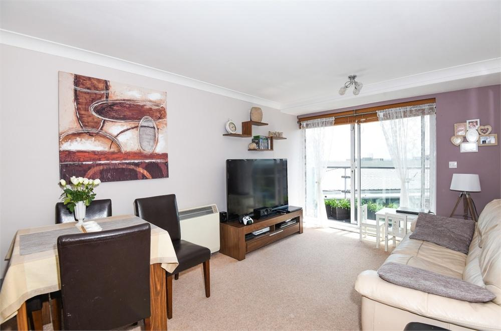2 Bedrooms Flat for sale in Camellia House, Tilley Road, Feltham, Greater London