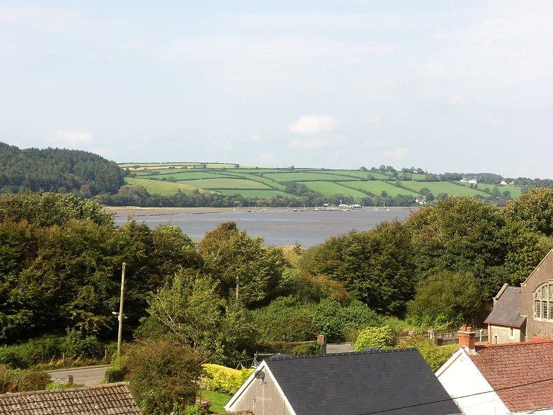 2 Bedrooms Detached House for sale in Water Street, Ferryside, Carmarthenshire.