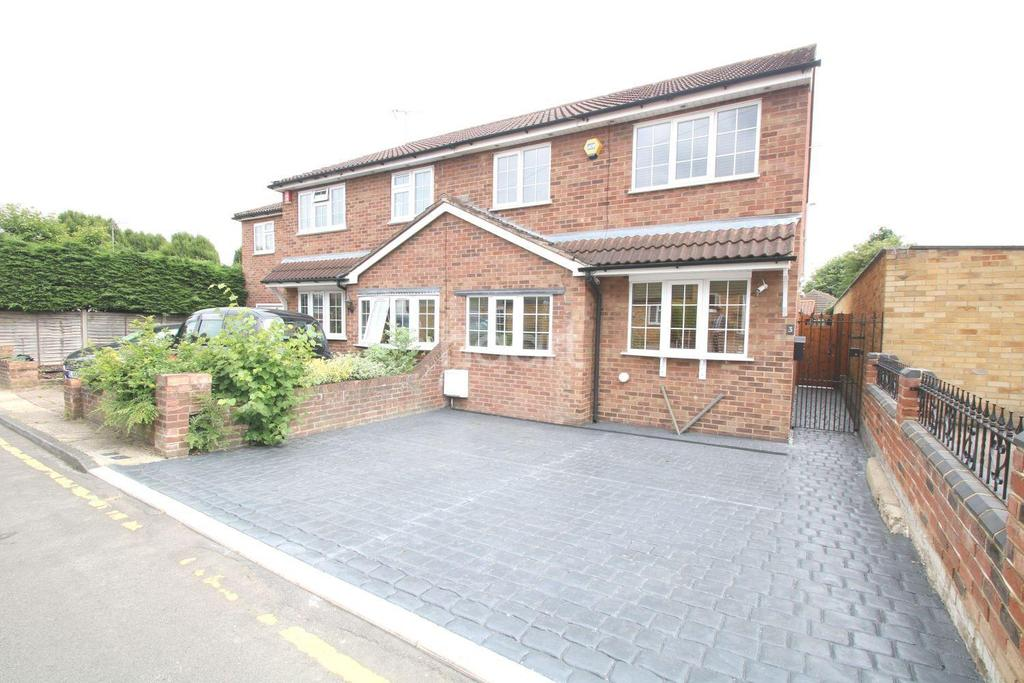 3 Bedrooms Semi Detached House for sale in Sunnydene Close, Harold Wood, RM3 0TL