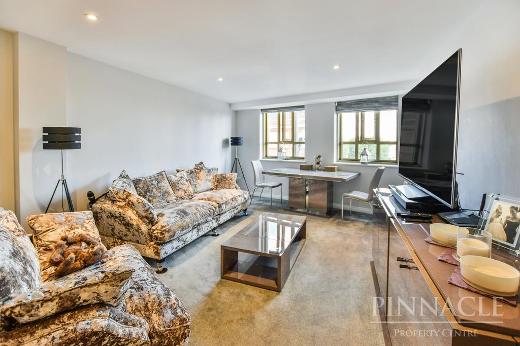 3 Bedrooms Flat for sale in Courtway House, Hamlet Court Road, Westcliff On Sea