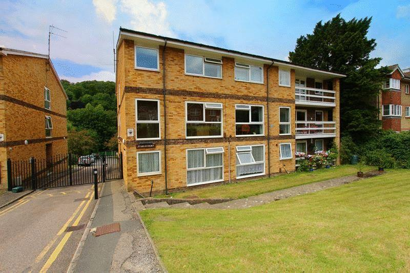 2 Bedrooms Flat for sale in Croydon Road, Caterham