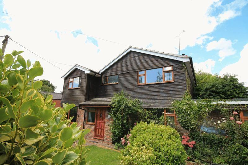 4 Bedrooms Detached House for sale in Station Road, Billingshurst