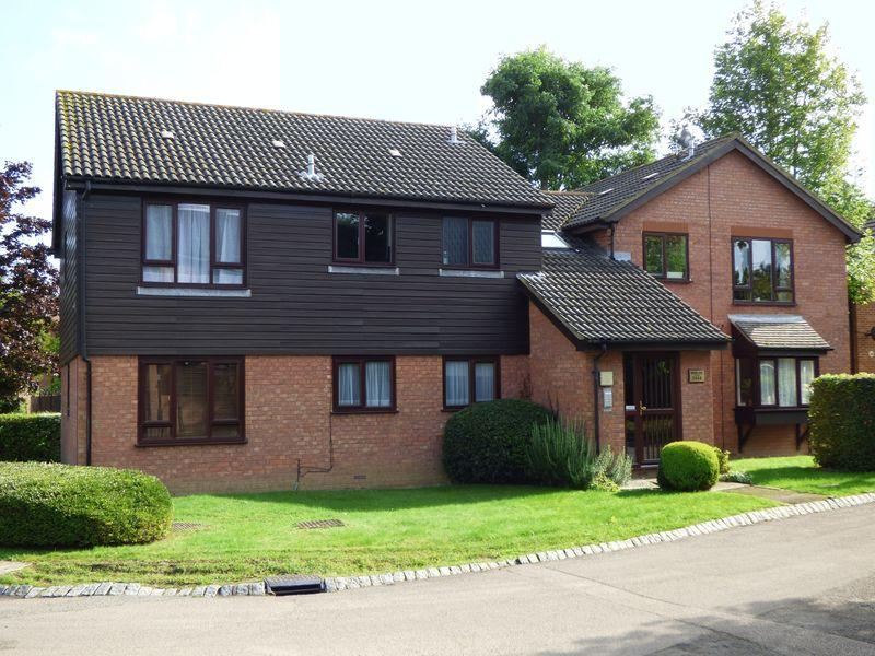 2 Bedrooms Apartment Flat for sale in Bracken Close, Leatherhead