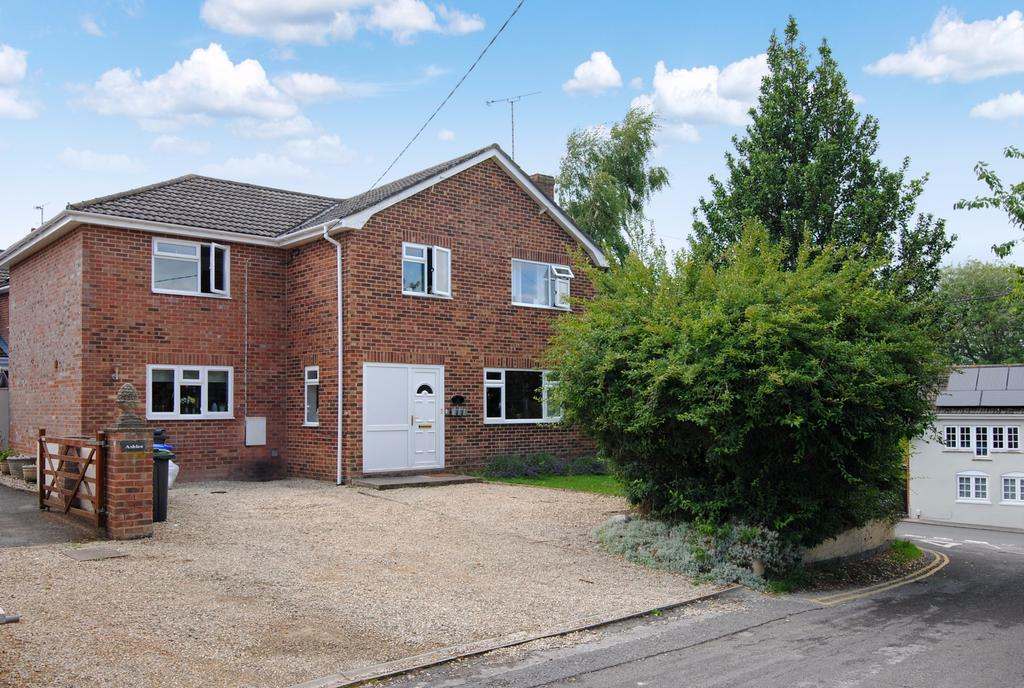 4 Bedrooms Detached House for sale in College Road, Durrington, Salisbury, SP4 8HP.