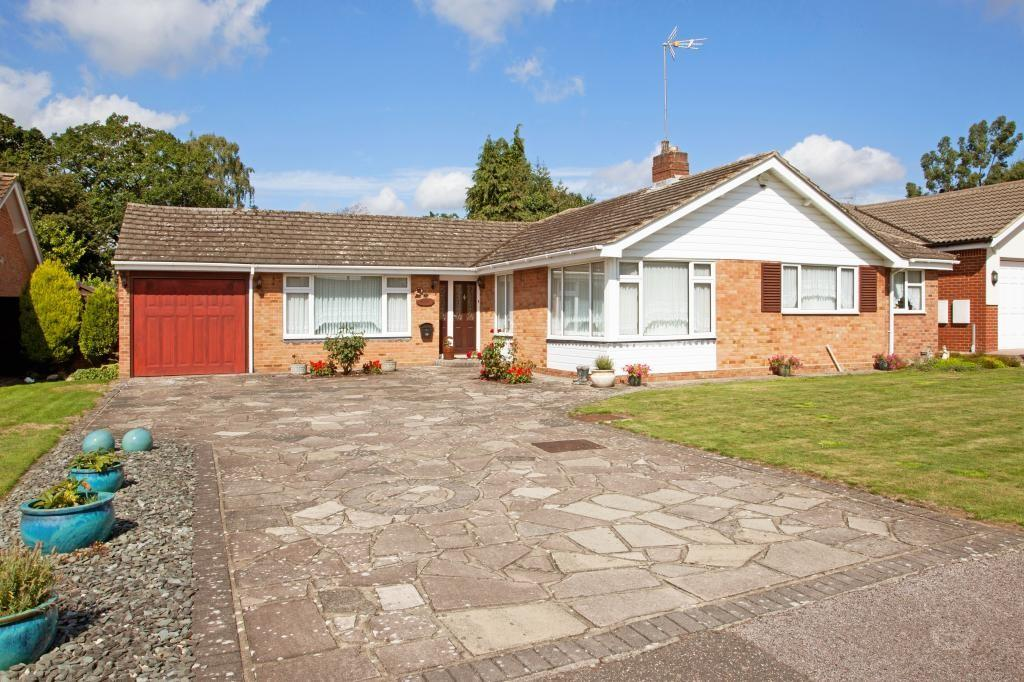 2 Bedrooms Detached Bungalow for sale in Long Meadow, Hutton, Brentwood, Essex, CM13