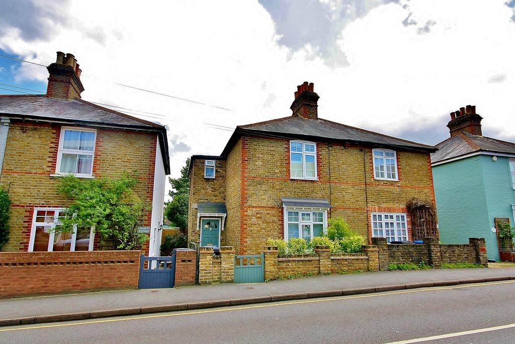 2 Bedrooms Semi Detached House for sale in Knaphill, Surrey