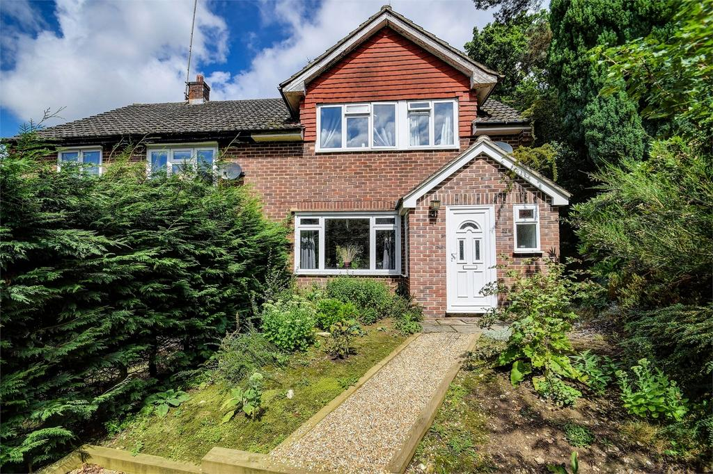 3 Bedrooms Semi Detached House for sale in Beacon Close, Wrecclesham, FARNHAM, Surrey