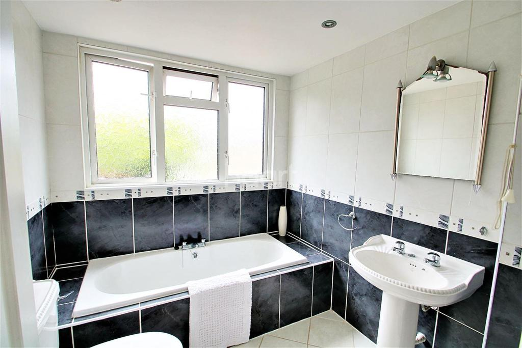 3 Bedrooms Bungalow for sale in Southview Road, Hockley