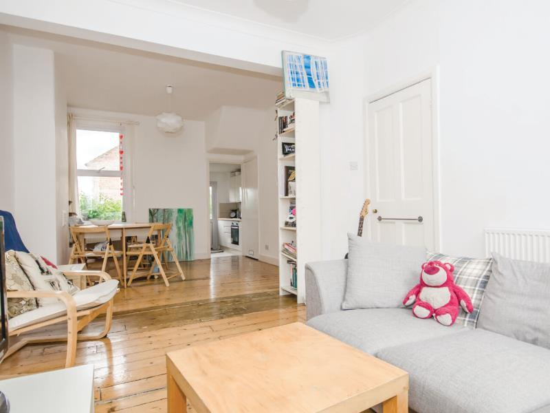 4 Bedrooms Terraced House for sale in Evesham Road, N11