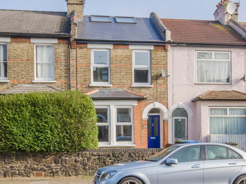 4 Bedrooms Terraced House for sale in Evesham Road, N11