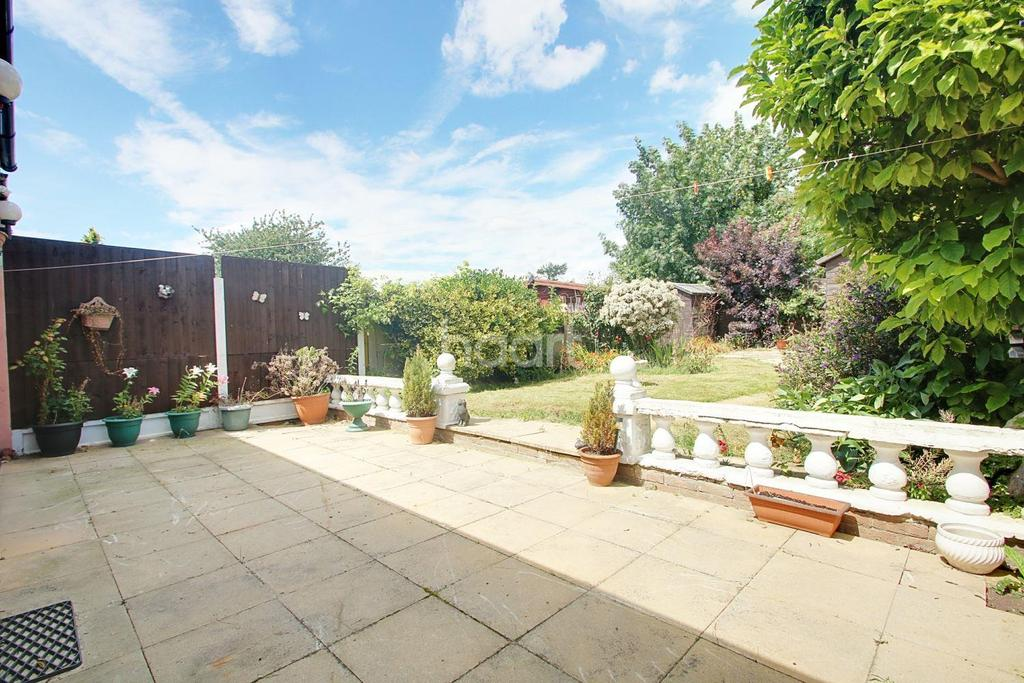 2 Bedrooms Bungalow for sale in Alma Avenue, Hornchurch