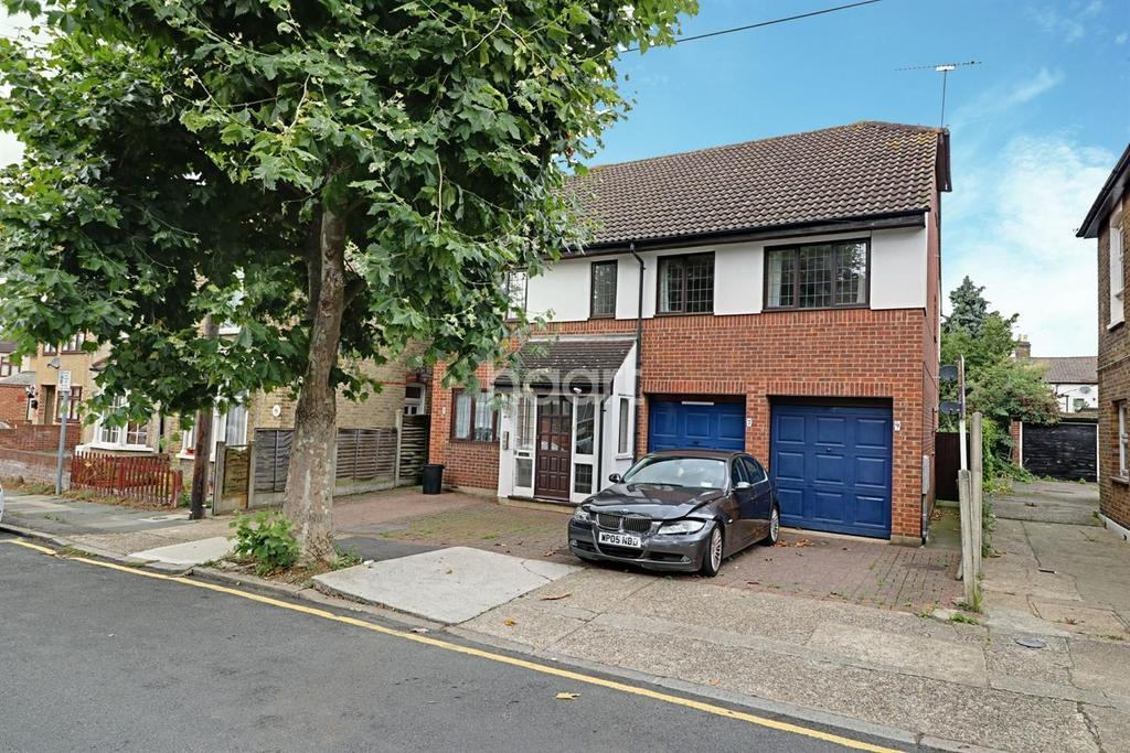 3 Bedrooms Maisonette Flat for sale in Clifton Road Hornchurch