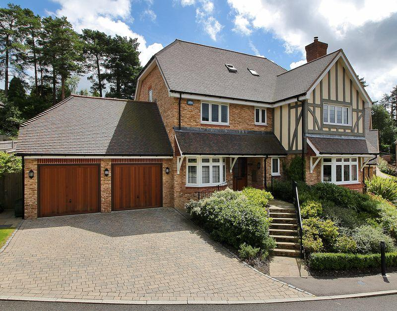 5 Bedrooms Detached House for sale in Gorsedene Close, Crowborough, East Sussex