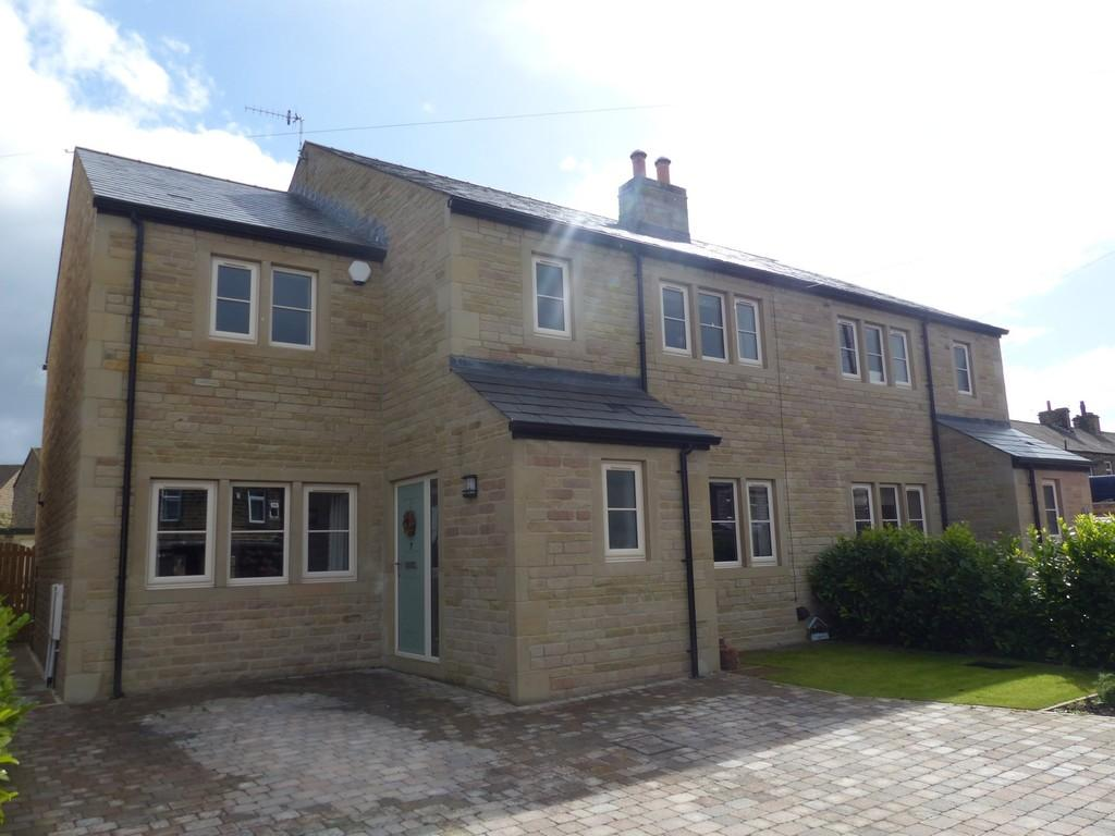 4 Bedrooms Semi Detached House for sale in Aire Close, Cross Hills